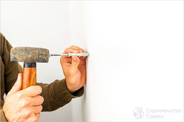 Как забивать дюбеля в стену