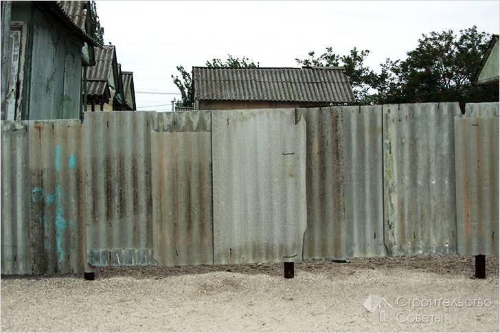 Забор из волнистого шифера