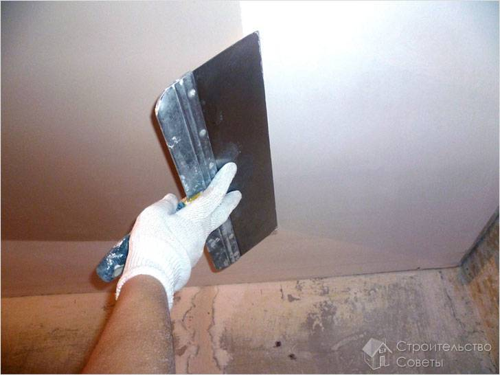 Выравнивание потолка своими руками шпаклевкой