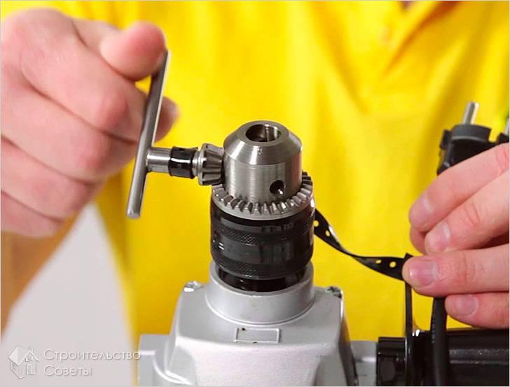 Как вставить сверло в дрель и перфоратор