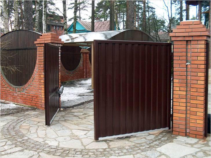 Ворота на кирпичных стойках