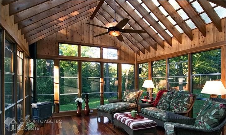 Со сводчатым потолком и балками