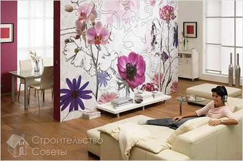 Обои с цветочным рисунком на стене