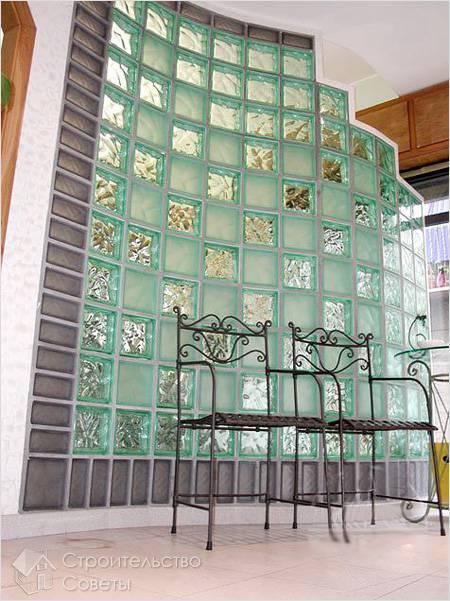 Искривленная межкомнатная перегородка из стеклоблоков