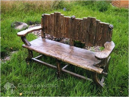 Красивая скамейка из дерева