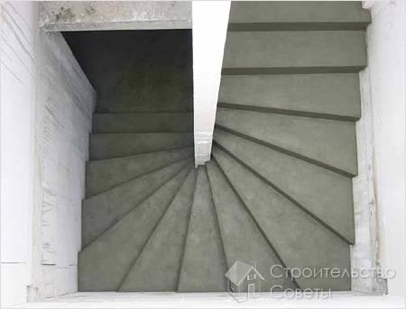 Изготавливаются бетонные лестницы еще на этапе строительства, в отличие от. деревянной конструкции.