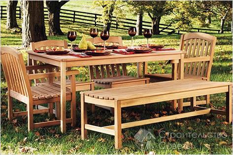 Обеденный стол и стулья во дворе