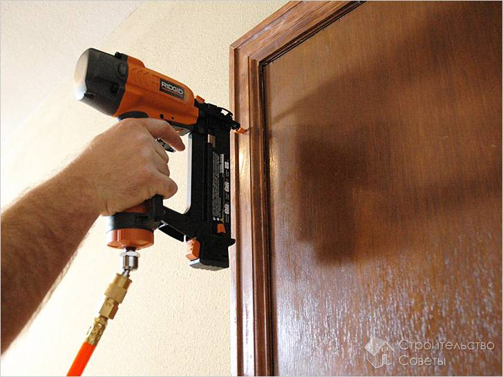 Как правильно крепить наличники на межкомнатные двери